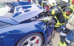 Bei Verkehrsunfällen rückt die Feuerwehr aus und unterstützt mit technischer Hilfeleistung.