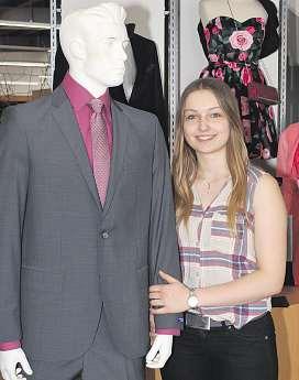 """Franziska Gosses zeigt einen Tatex-Anzug """"slimline"""" aus reiner Schurwolle Foto:Tina Jordan"""