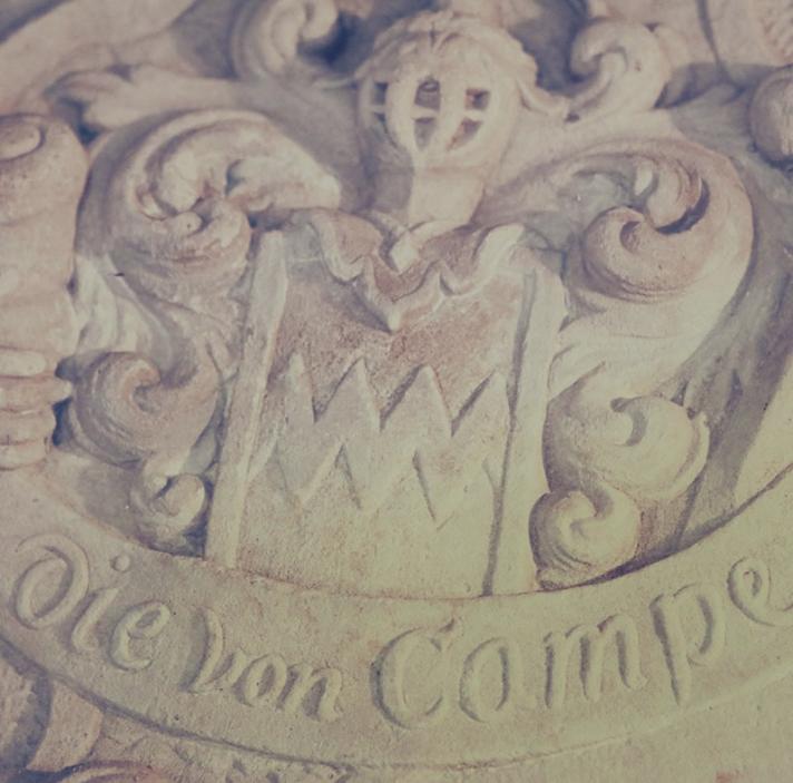 Einziges Überbleibsel aus der alten Grabkammer ist der gemeißelte Epitaph der Adelsfamilien.