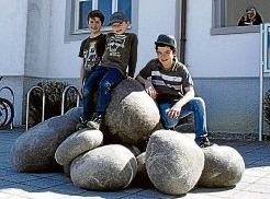 """Andreas, Til und Tom (von links) tobten auf den """"weichen Steinen"""", eine Installation von Gabi Bauer."""