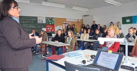 Der Berufsinfotag findet nicht nur in der Sporthalle statt. Auch in den Klassenzimmern der Staatlichen Realschule Riedenburg gibt es 44 zeitlich gestaffelte Vorträge, bei denen man sich näher über verschiedene Berufsbilder und künftige Entwicklungsmöglichkeiten zwanglos informieren kann.