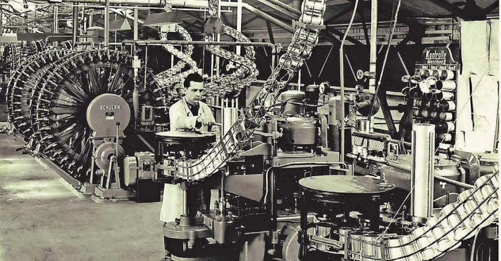 Schon früh wurden bei Herberts die Lacke maschinell in Dosen verpackt. Heute übernehmen das bei Axalta vollautomatische Maschinen (unten).Fotos: Axalta Coatings Facility