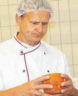 Prüfer Obermeister der Fleischer-Innung Bodenseekreis Rainer Gössl ist sehr zufrieden mit dem Fleischkäse.