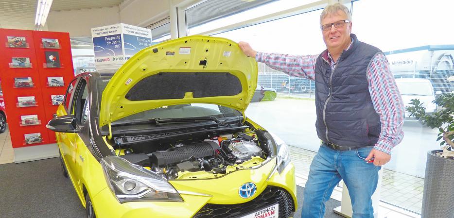 Bernd Gehrmann mit einem Toyota Yaris Hybrid, der über zwei Motoren verfügt. Fotos: as