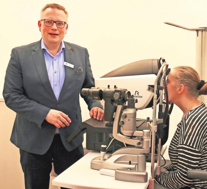 Augenoptiker Tim Findeisen bei der hochpräzisen Messung am DNEye Scanner 2. Foto: Augenoptik Findeisen