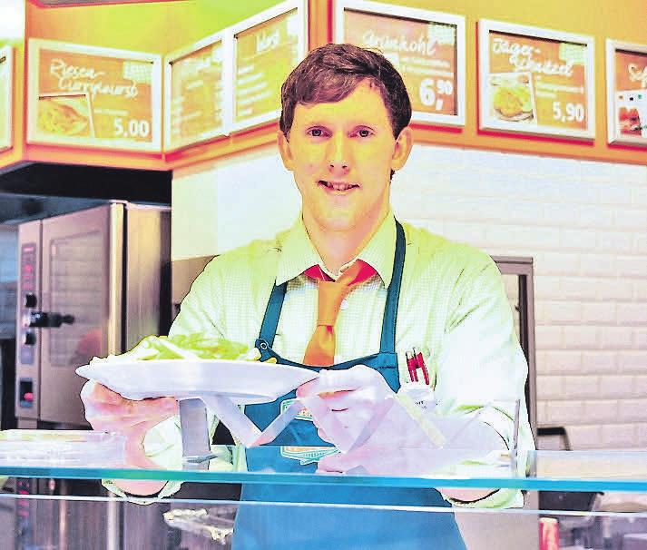 Auch bei Wurstbasar bekommen Kunden frische Fleischgerichte, unter anderem den Klassiker Currywurst mit Pommes.
