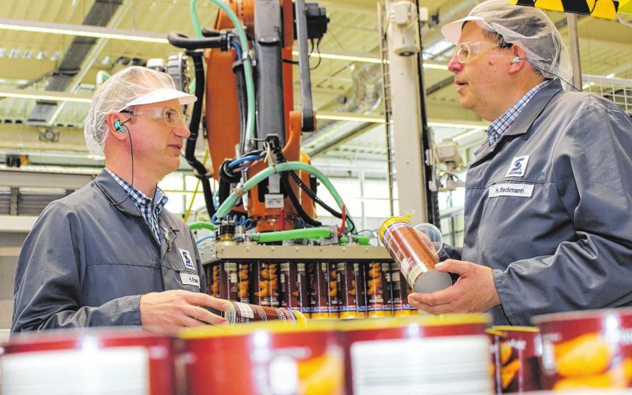 Produktionsleiter Heiko Frank im Gespräch mit Helmut Beckmann, Leiter Qualitätssicherung (v.li.): Sechs Hochleistungslinien bringen es auf je bis zu 15000 Dosen pro Stunde, bis zu 25 Lkw verlassen täglich dasWerk.