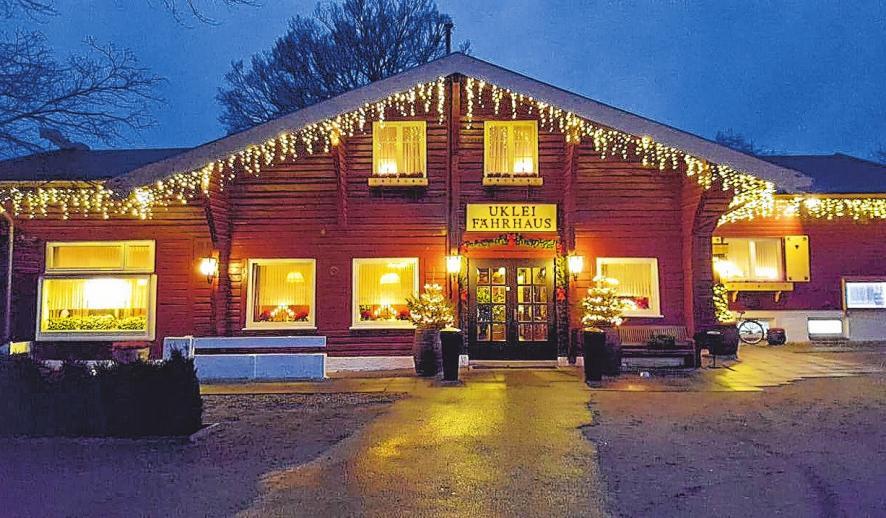 Stimmungsvolles Erscheinungsbild: Weihnachtsromantik ist im Uklei-Fährhaus garantiert. FOTOS: KG, AJ