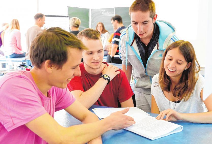 Gemeinsames Lernen und gegenseitige Unterstützung gehören an der AFB und der HGWR zum Alltag. BILDER (2): AFB