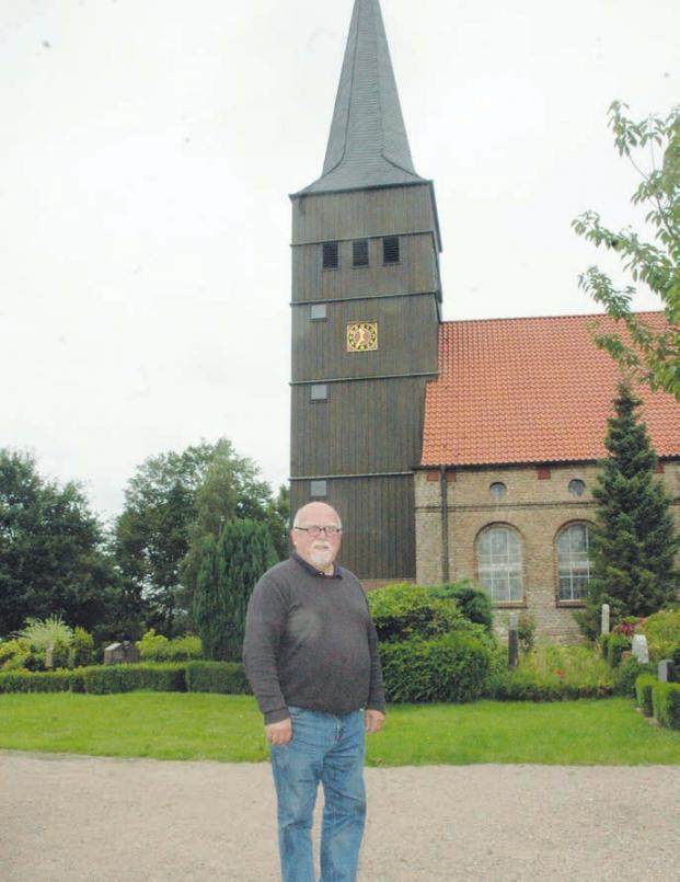 Haselaus Bürgermeister Rolf Herrmann vor dem 150 Jahre alten, hölzernen Turm der Dorfkirche in dem die Zuckerhutglocke hängt, die bereits 1250 gegossen wurde Foto: Klein