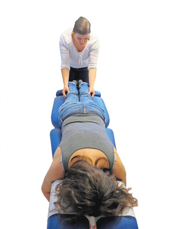 Frau beim Yoga: Der Atem soll stets frei fließen, gesucht wird die goldene Mitte zwischen Unter- und Überforderung. ARCHIV