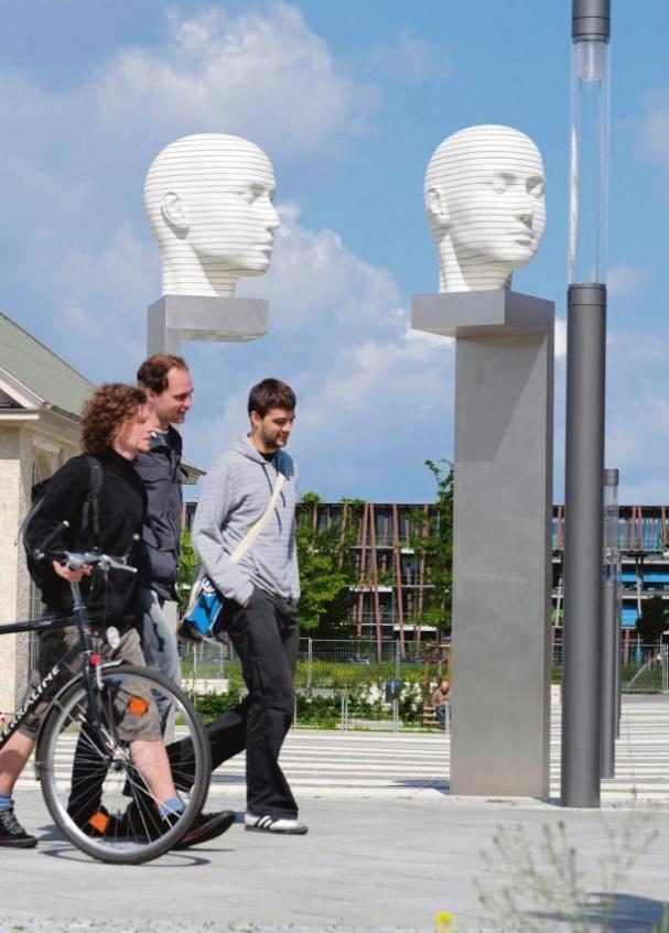 Das Forum auf dem Campus der Humboldt- Universität entwickelt sich zum zentralen Kommunikationsplatz – nicht nur für Studenten