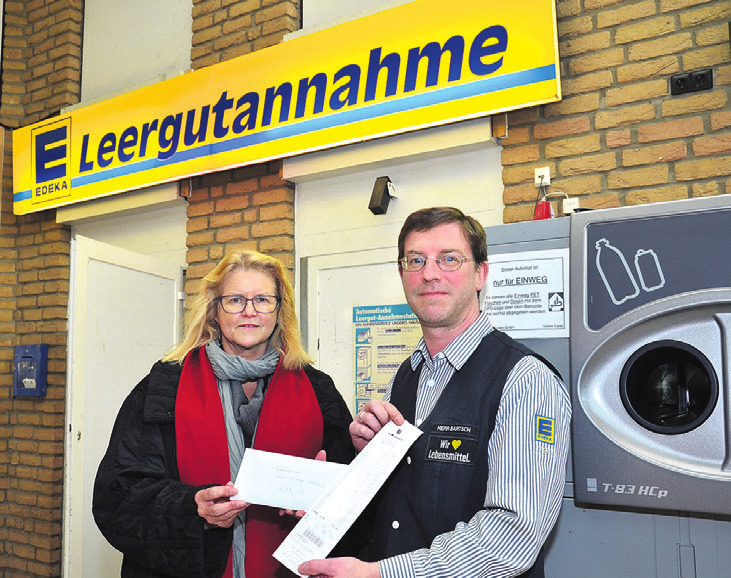 Petra Kretschmer nahm von Fritz Bartsch die Pfandspende im Edeka Markt in der Allerstraße entgegen.