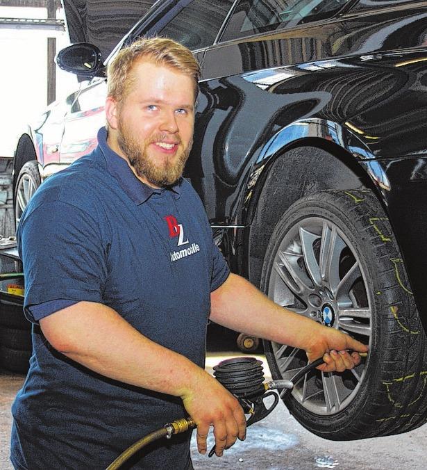 Mitarbeiter Sebastian Will kümmert sich um ein Kundenfahrzeug, damit es schnell wieder startklar ist. FOTOS: DANA LANGE
