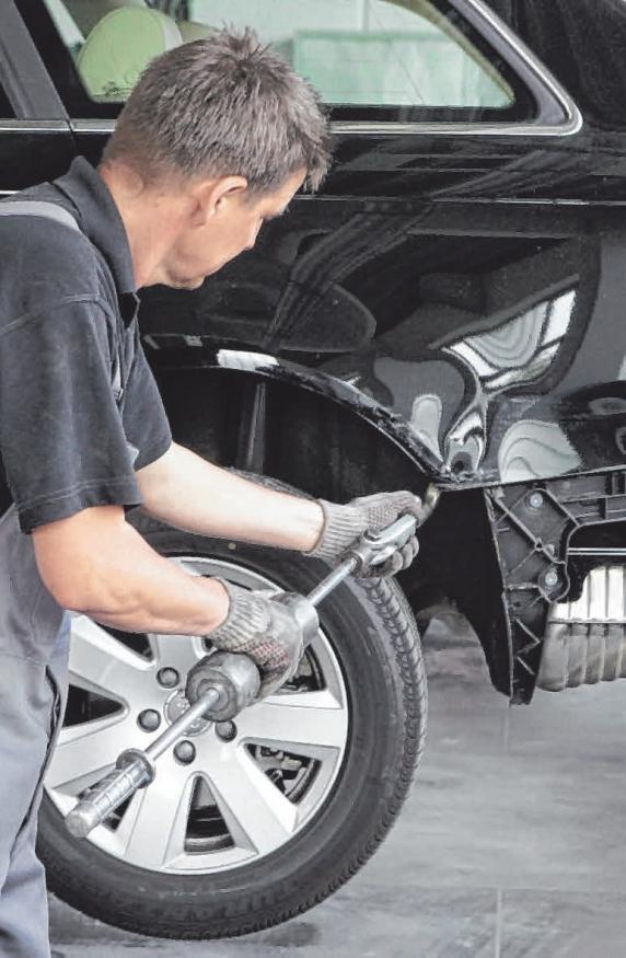 Nach dem Unfall kümmert sich der Kfz-Fachbetrieb auf Wunsch um die komplette Schadensabwicklung – gegebenenfalls stellt er dem Kunden sogar einen Ersatzwagen zur Verfügung. FOTO: AXA