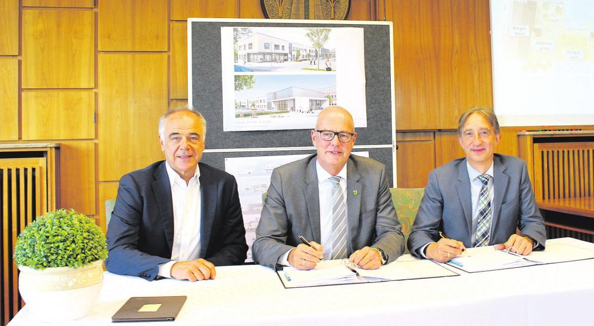 Bürgermeister Wolfgang Klußmann (Mitte) bei der Vertragsunterzeichnung. Foto: Gemeinde Wietze