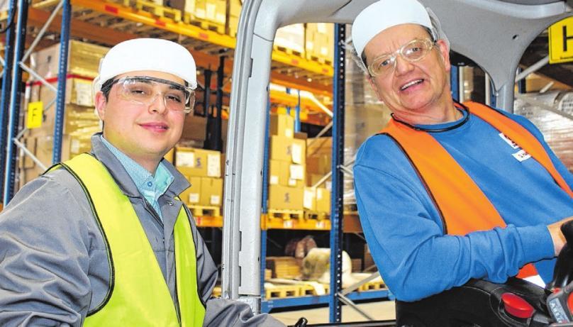 Supply-Chain-Manager Engin Güngör mit Staplerfahrer Dirk Hasselhoff (v.li.). Das neue Verschieberegal hat viele zusätzliche Lagerplätze geschaffen.