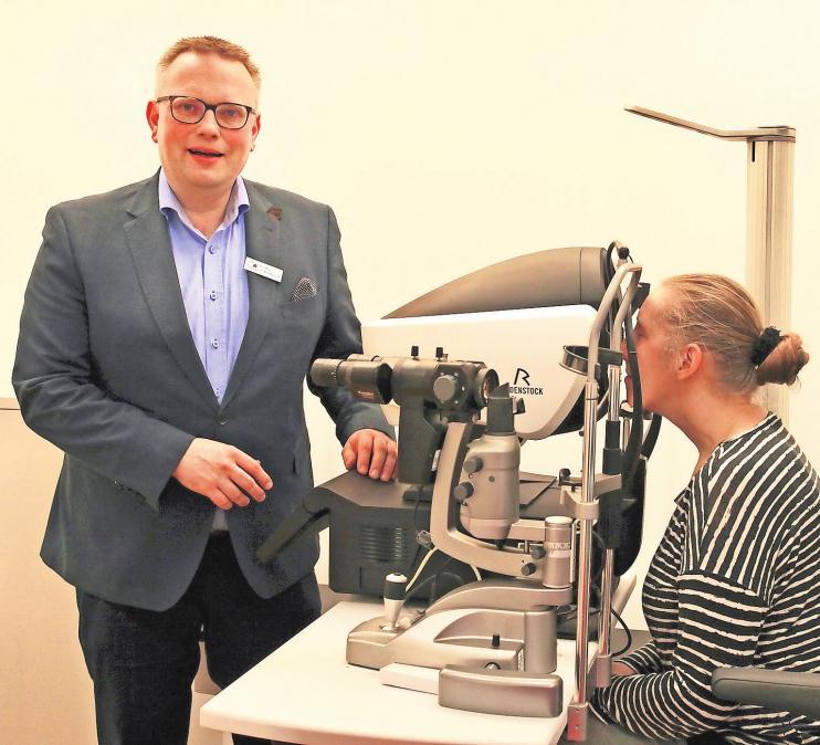 Tim Findeisen bei der Messung am DNEye Scanner 2. Foto: Augenoptik Findeisen
