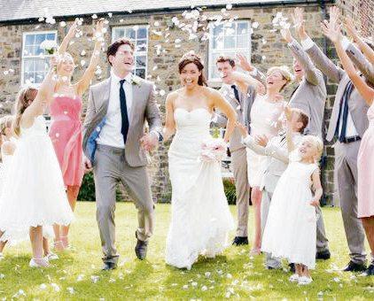 Ein gelungener Hochzeitstag lässt Brautpaar und Angehörigen strahlen Foto: djd/DerGugl/thx