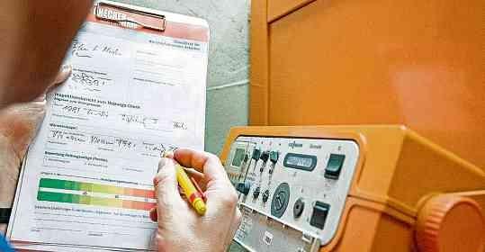 Inspektionsbericht zum Heizungs-Check: Hausbesitzer sollten regelmäßig ihre Heizungsanlage warten lassen. FOTOS: DPA