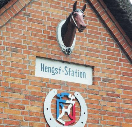Pferdekopf und das Zeichen der Holsteiner Pferdezucht zieren den Giebel der Haselauer HengststationFoto: Klein