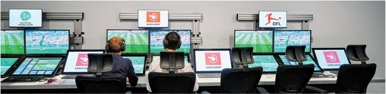 Hier passiert's! Die Bildschirme des Bundesliga-Videoschiedsrichters in Köln – in diesem Raum laufen die kniffigen Szenen aus allen möglichen Kamera-Perspektiven auf den Monitoren.
