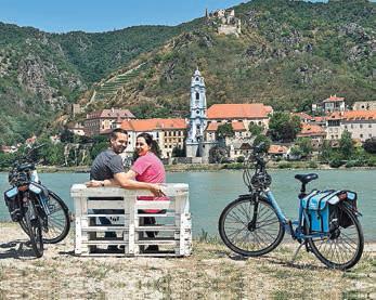 Pause an der Donau mit Blick auf Stift Dürnstein.