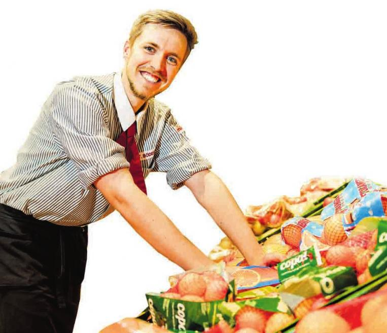 Wie Thore Bödefeld beginnen alle Azubis in der Obst- und Gemüse-Abteilung. Danach werden auch alle anderen Abteilungen durchlaufen. So erhalten die Azubis einen guten Überblick. FOTOS:WWW.PHOTOMATZEN.DE