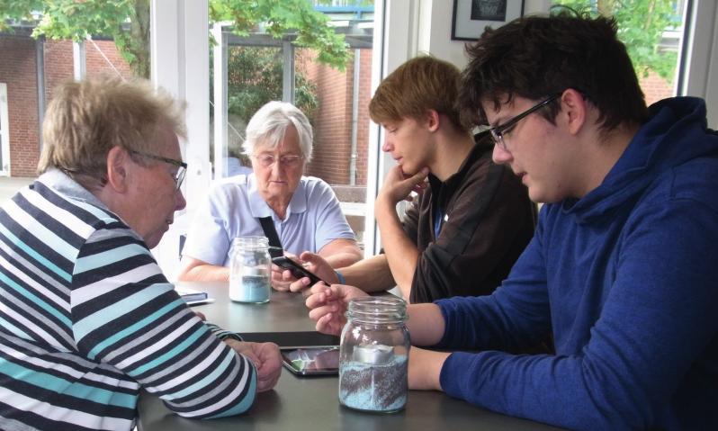 Generationenkonflikt war gestern: Schüler unterrichten Senioren im Umgang mit Handys und Tablets.