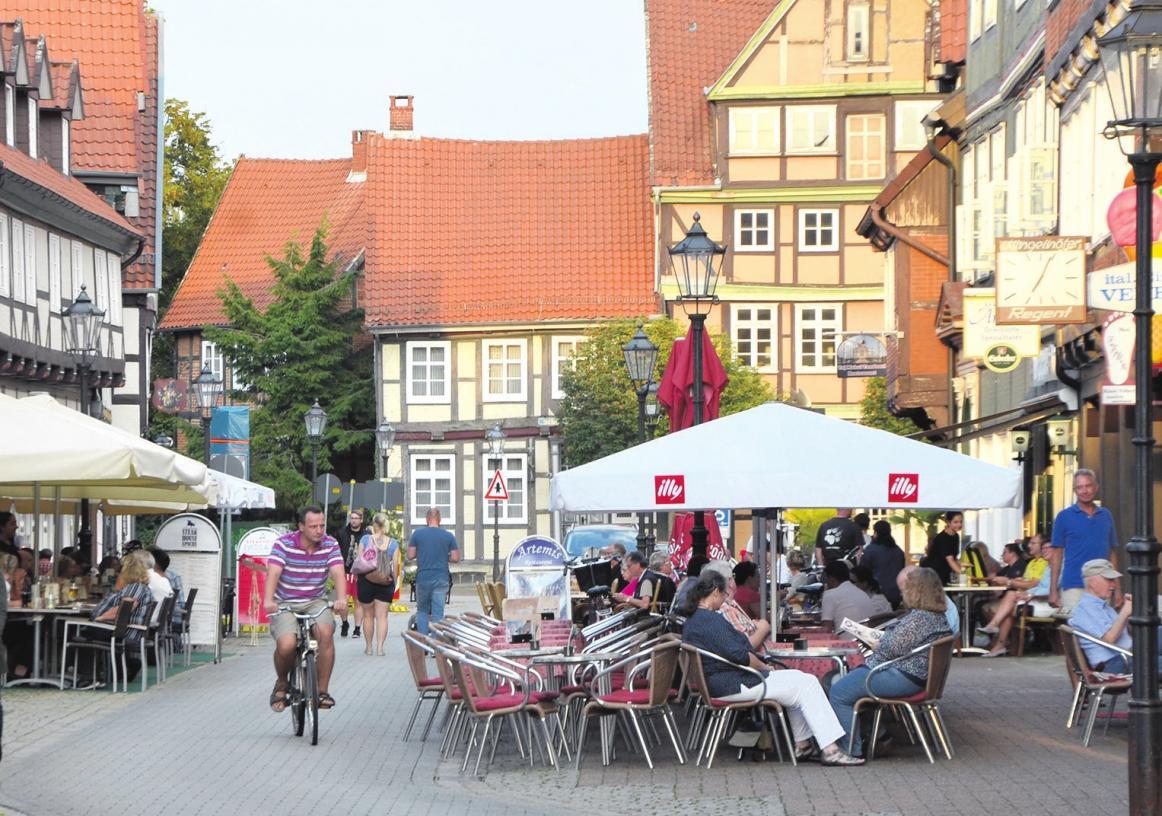 Mit einer Rechtsverordnung will die Stadt Celle die Sperrzeit für die Außengastronomie einheitlich auf 23 Uhr festsetzen. Zunächst für die Innenstadt, später auch für die Außenbezirke. Foto: Wasinski