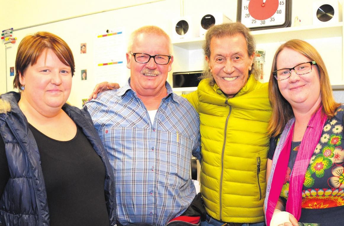 """""""Meet and Greet"""" von Lesern des Celler Kurier mit Albert Hammond: Gewinnerin Saskia Dettmer (von links), Martin Dettmer, Albert Hammond und Isabell Dettmer..."""