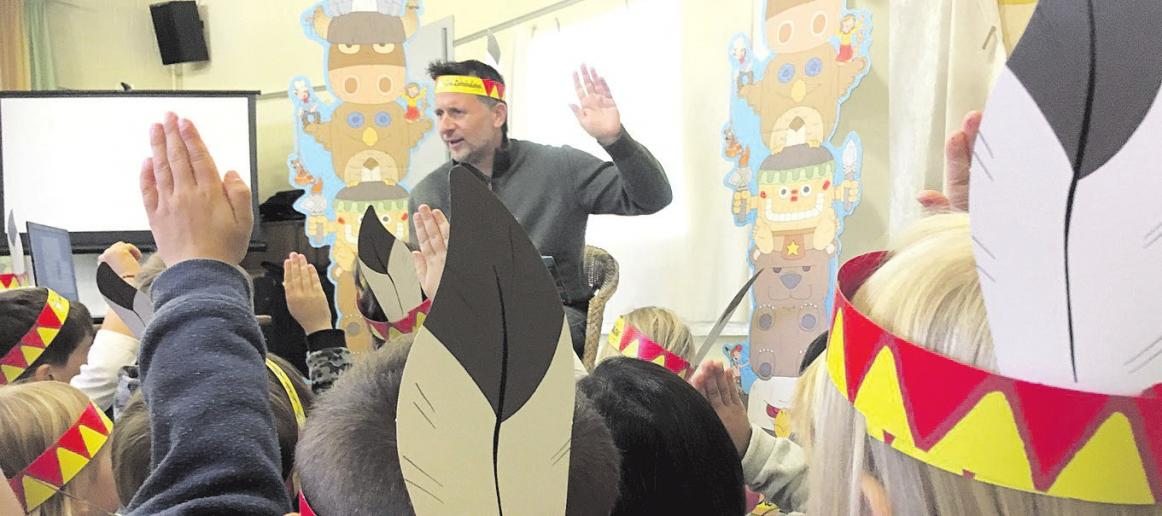 """Sascha Ehlert vom Titus-Verlag hat mit einer Autorenlesung von Geschichten der Zahnindianer die Kinder im Kindergarten """"Waldweg"""" für die Zahnpflege sensibilisiert. Foto: Landkreis Celle"""