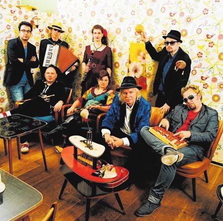 Ein Teil der Mannschaft des Tabadoul Orchestra.Foto: Tabadoul Orchestra / Benedikt Hesse