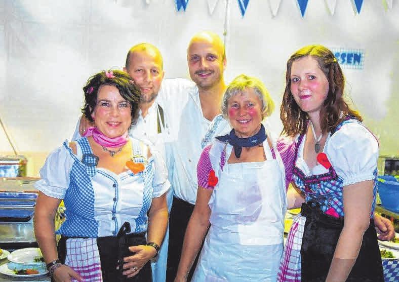 Viele fleißige Helfer tragen zu einem erfolgreichen Fest bei.FOTO: VERANSTALTER