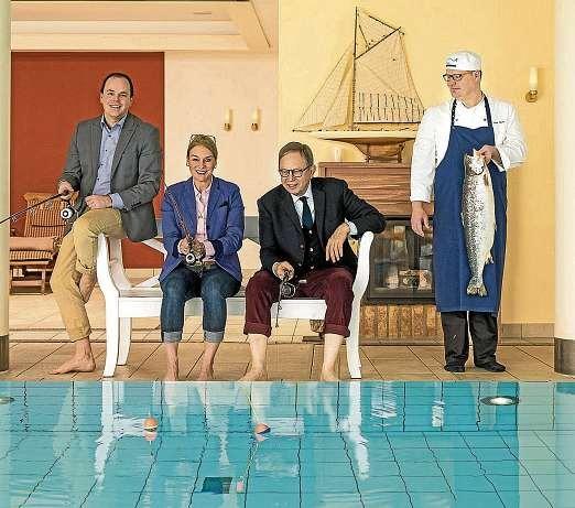 Geschäftsführer Florian Buchebner, Jasmine und Rainer Birke und Küchenchef Binder (v.li.n.re.). FOTO: PEPE LANGE