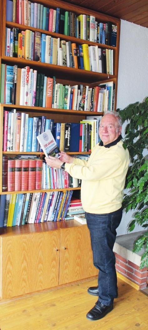 Der reiche Fundus seiner Hausbibliothek hält Dietrich Köther geistig fit.