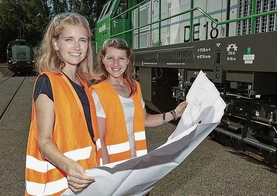 Finja Ratjen (li.) und Ekaterina Gorokh, duale Studentinnen bei Vossloh Locomotives: Hier wird das Studium von Beginn an mit vielen Erfahrungen im praktischen Bereich ergänzt. FOTO: THORSTEN MISCHKE