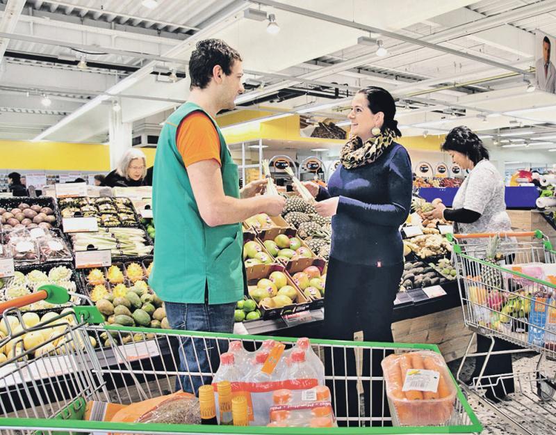 Kundenberatung in der Obst- und Gemüseabteilung. Foto: BerufeNet