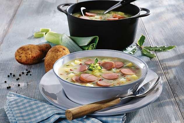 Am besten schmeckt die Kartoffelsuppe, wenn man ihr Zeit gibt, sie also gut vor sich hin köcheln lässt oder wieder aufwärmt. Der Geschmack der Zutaten wird dann immer intensiver. FOTO: DJD/METTEN FLEISCHWAREN GMBH & CO. KG