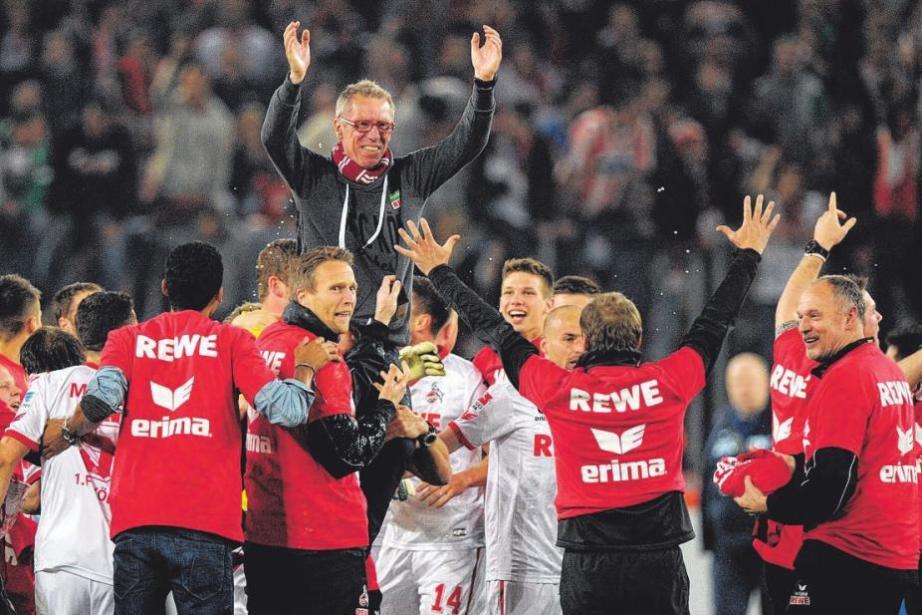 Trainer Peter Stögerwurde vonseiner Mannschaft durchs Stadion getragen.Foto: dpa