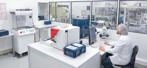 Abb. 2: Beim Betrieb eines Sauberkeitslabors ist entscheidend, dass es direkt in die Fertigungsumgebung implementiert wird – und zwar so, dass die Wege zwischen den Produktionsschritten und dem Labor kurz sind. © Nerling Systemräume GmbH