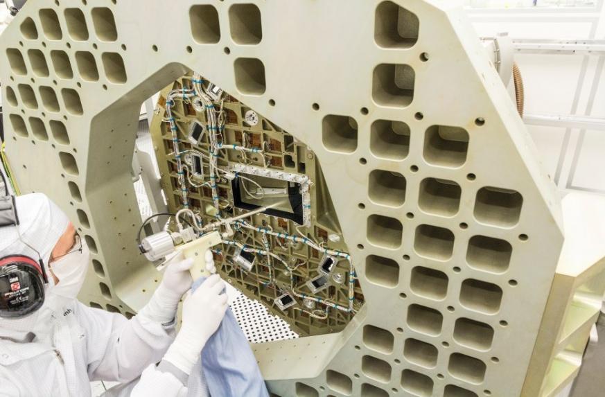 CO2-Schneestrahlenreinigung einer Satellitenstruktur © Fraunhofer IPA und OHB System AG