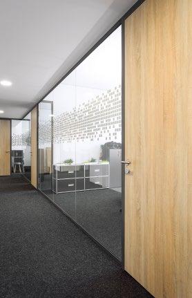 Abb. 4: In den Büroräumen kam Cavopex mit durchgängigem, dunklem Textilbelag zum Einsatz, kombiniert mit hochwertigen Holztüren und Glastrennwänden Lindner Life 620.