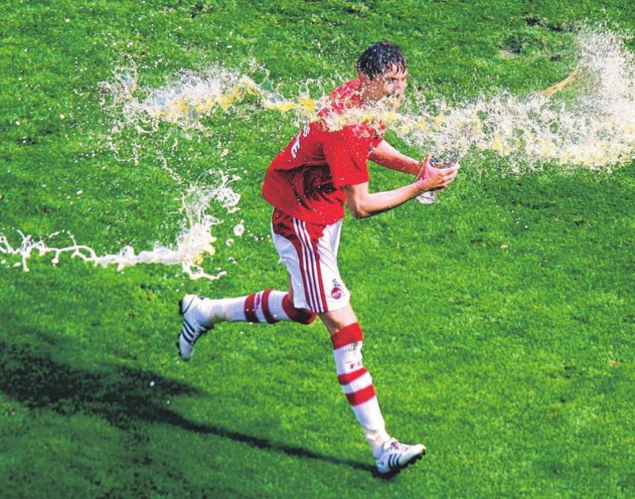 Milivoje Novakovic hatte bei der Bierdusche im Stadion richtig Freude. Foto: dpa