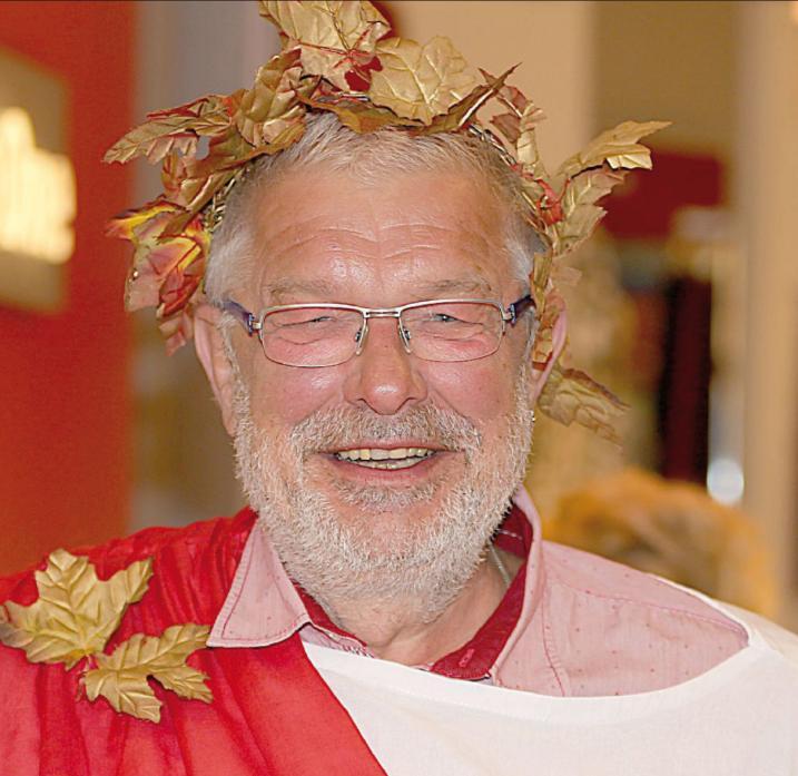 Bacchus (alias Andreas Przibilla) möge es für Rathenow richten, dass zum 18. Weinfest am verkaufsoffenen Sonntag goldenes Oktoberwetter herrscht. Foto: Archiv Ohlwein