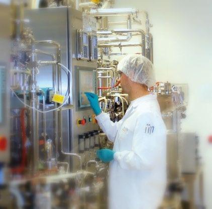 Abb. 2: Biotech-Mitarbeiter in der Pharmaproduktion © AvKG
