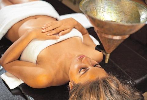 Ayurveda-Massagen entfalten mit viel Öl positive Wirkungen auf das Nervensystem ISTOCK/AYLINSTOCK