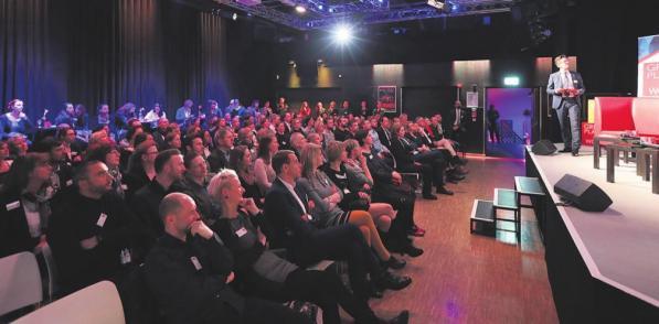 Voller Saal: Andreas Schubert (re.), Geschäftsführer von Great Place To Work, führt durch den Abend (unten). Fotos (4): Konstantin Gastmann
