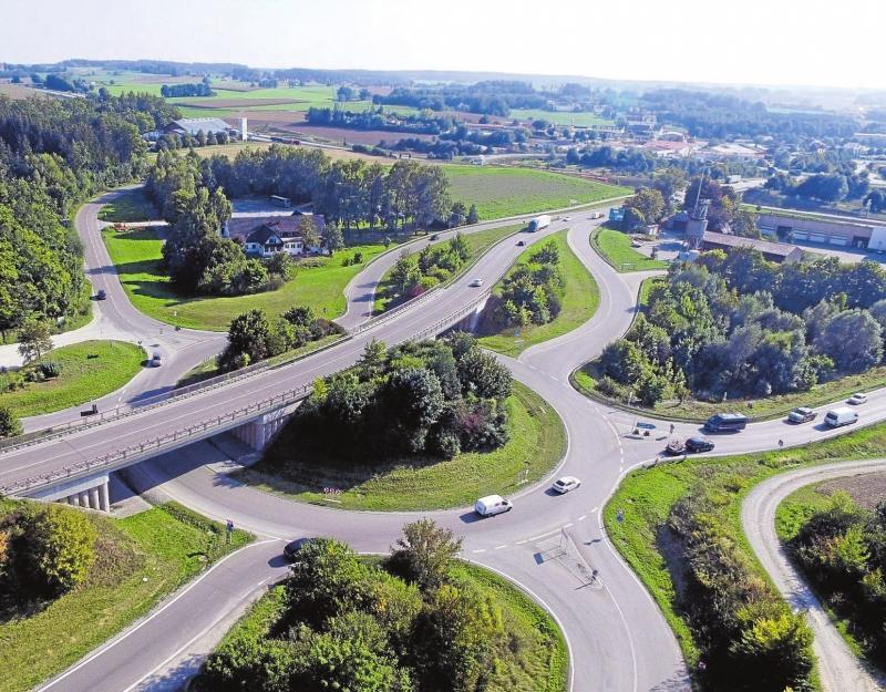 In Dasing trifft die B 300 auf die A 8. Der dortige Kreisverkehr – der Krake – wurde bereits im Jahr 2004 fertiggestellt. Ein paar Meter weiter nördlich beginnt die Ausbaustrecke. Fotos: Bastian Brummer