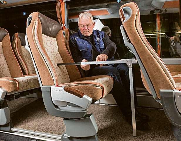 Mit einem speziellen Messgerät prüft der TÜV-Sachverständige Dieter Schmidt die Beinfreiheit im Vier-Sterne-Bus. FOTO: GBK - GÜTEGEMEINSCHAFT BUSKOMFORT E.V.